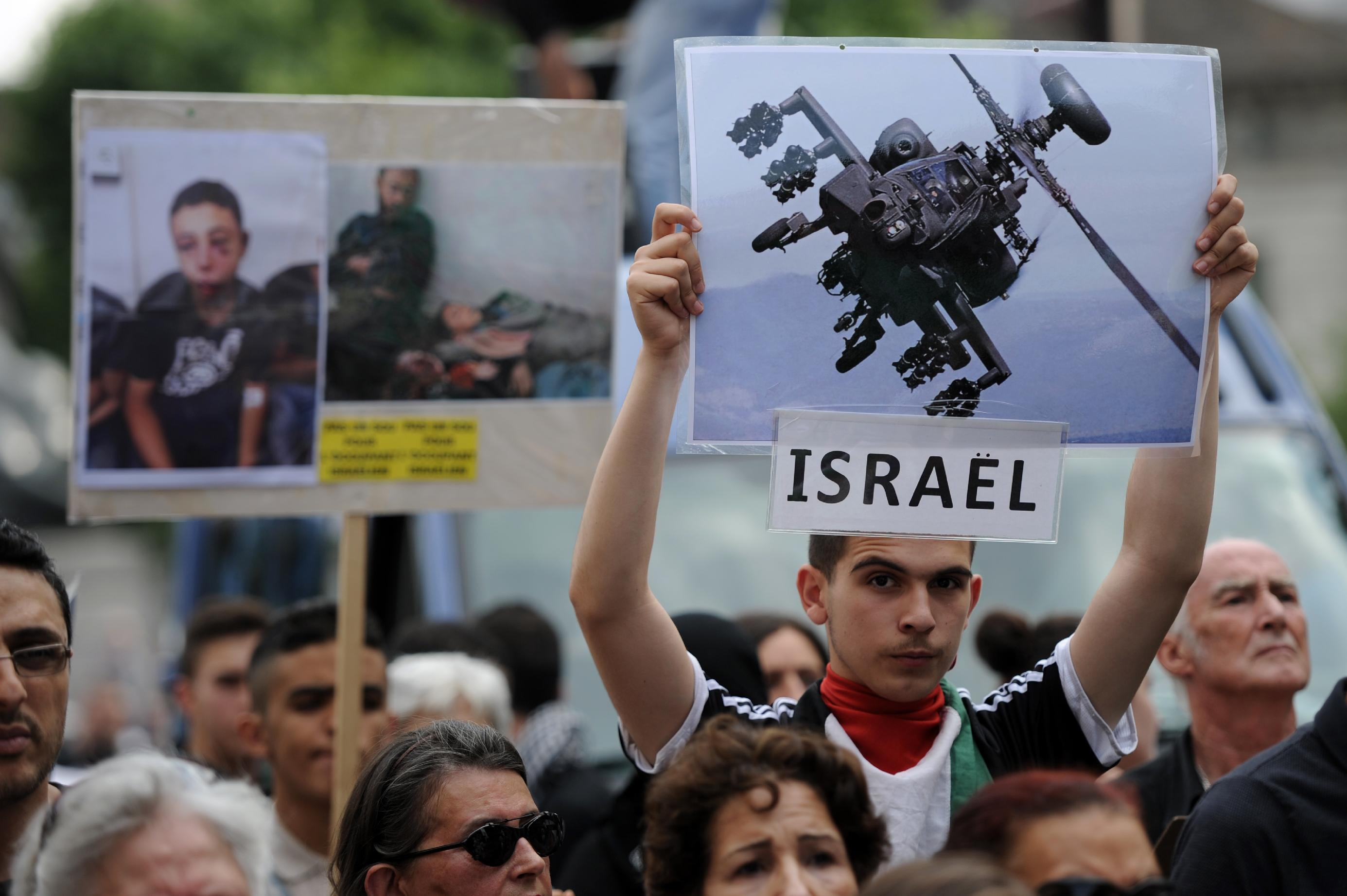 Protestors hold pictures of victims and a plane during a a demonstration on July 23, 2014 in Paris (AFP Photo/Stephane De Sakutin)