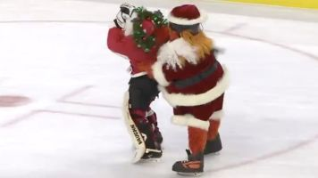 Gritty mercilessly assaults Santa Claus at Flyers game