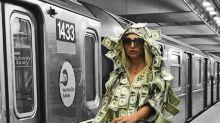 Playboy-Model fährt bedeckt mit Geldscheinen U-Bahn, um etwas zurückzugeben