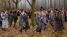 La sfilata di Chanel in un bosco a Parigi: le immagini