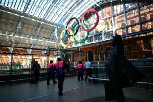 Unos anillos olímpicos decoran la estación de tren de Saint Pancras, en Londres