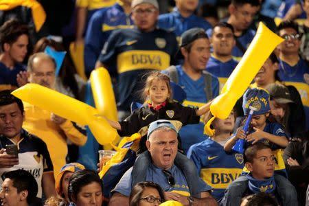 IMAGEN DE ARCHIVO: Hinchas de Boca Juniors animan antes de empezar el partido contra Independiente de Ecuador, por la Copa Libertadores, en Atahualpa, Quito.