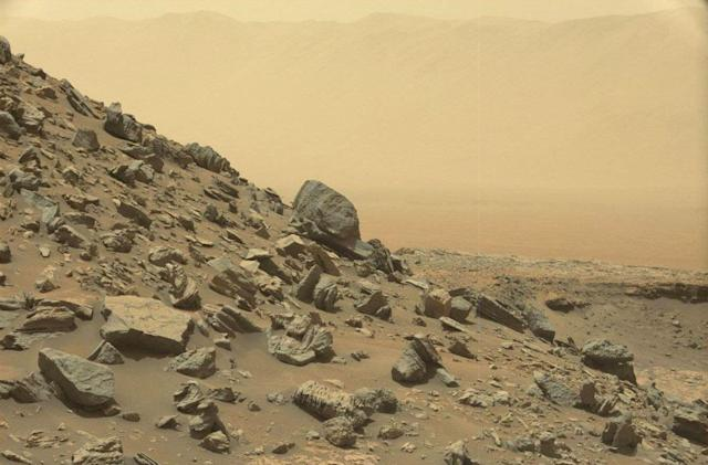 Curiosity rover sends back stunning pics from Martian mountains