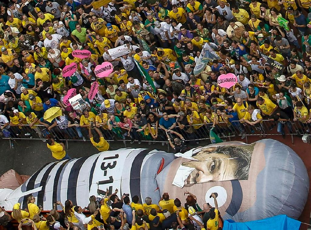 Backers of far right candidate Jair Bolsonaro in Sao Paulo (AFP Photo/Miguel SCHINCARIOL)