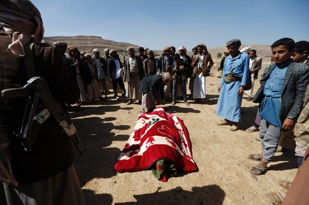 Yemenis mourn over the body of a victim of an air raid that hit a funeral reception near Sanaa, on February 16, 2017 (AFP Photo/Mohammed HUWAIS)