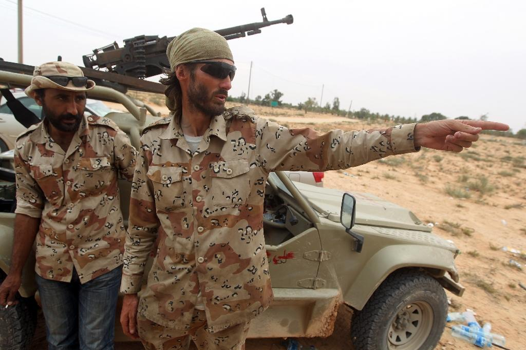 US national Matthew VanDyke points towards an incoming rocket fired by Moamer Kadhafi's forces in eastern Sirte in Libya on October 2, 2011 (AFP Photo/Ahmad Al-Rubaye)