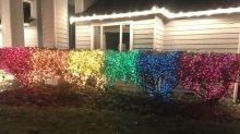Mulher faz decoração de Natal com as cores do arco-íris contra vizinho homofóbico