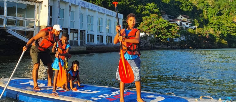 'Gari do mar': professor de surfe cria projeto em prol do meio ambiente na Barrinha