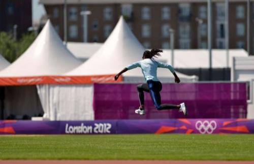 Una atleta se entrena en un recinto deportivo en Londres