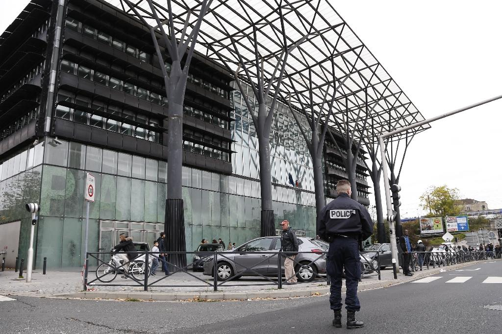 A French police officer stands guard outside Melun's courthouse, on October 29, 2015, after a lawyer shot and wounded his supervisor before turning the gun on himself and committing suicide (AFP Photo/Thomas Samson)