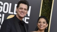 Jim Carrey presenta oficialmente a su novia Ginger sobre la alfombra roja