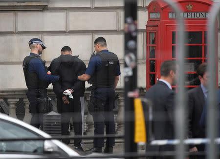 Policía británica detiene a hombre con cuchillos cerca de residencia de May