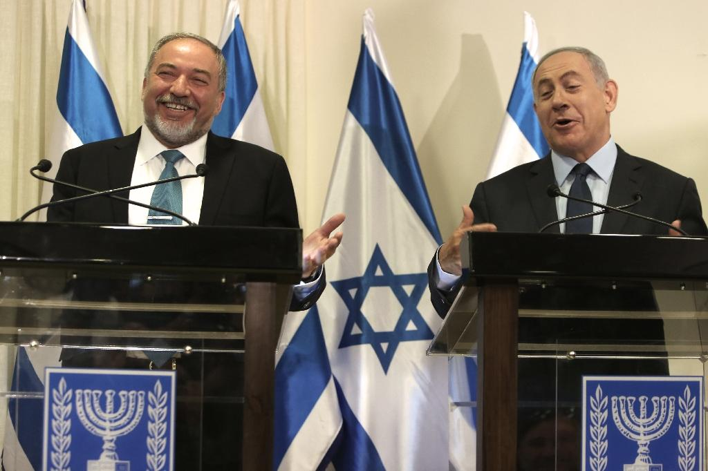 Israeli Prime Minister Benjamin Netanyahu (R) and Avigdor Lieberman (L), the head of hardline nationalist party Yisrael Beitenu, are seen during a ceremony in which they signed a coalition agreement on May 25, 2016 (AFP Photo/Menahem Kahana)