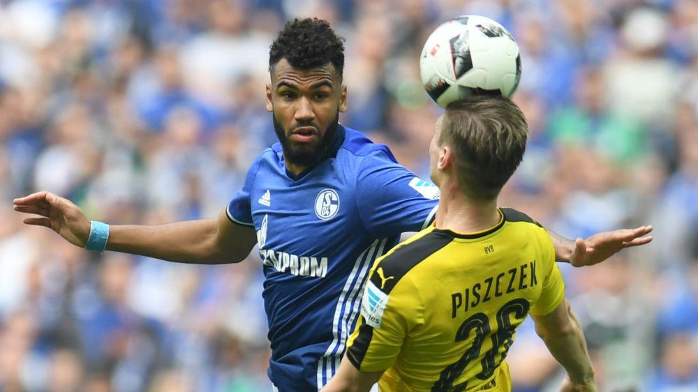 La mascota del Schalke 'expulsa' al árbitro tras el partido ante el Borussia Dortmund