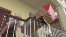 Jubilada cubana se aisla de virus con caja de carton