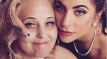 Gaga lleva un collar con las cenizas de su amiga