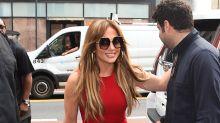 J.Lo va por sus hijos a la escuela y enseña sus curvas en este sexy vestido rojo