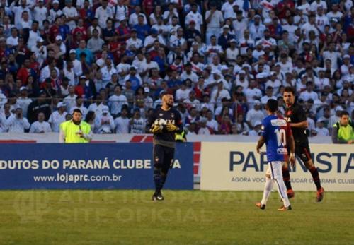 Após classificação, Weverton provoca Paraná e jogadores brigam em campo