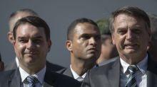 Nos passos do pai, Flávio Bolsonaro falta a acareação e vai à TV aliada