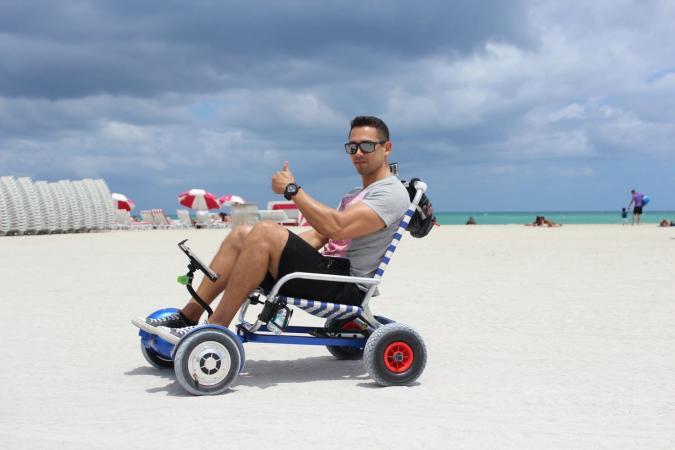Anhänger verwandelt Hoverboards in rollende Strandsitze