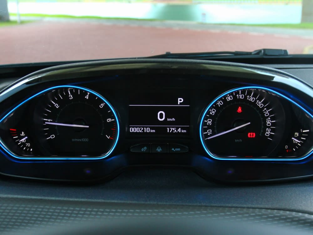 New 2008在儀表板也新增了淡藍光采LED包圍光條。