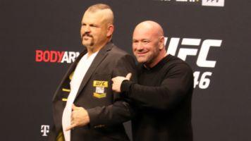 Chuck Liddell recebe jaqueta do Hall da Fama do UFC das mãos de Dana White