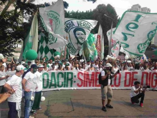 Palmeirenses fazem passeata em homenagem a torcedor morto