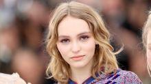 法國女生的優雅時尚: Lily-Rose Depp 換上了全新的美甲,相信很多女生將會拿這照片去找美甲師了!