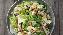 Cyril Lignac revisite la recette de la salade César et c'est à tomber