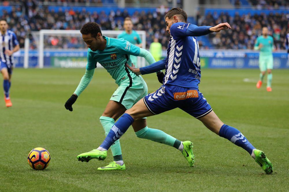Liga: Le Barça devrait s'aligner sur le Real pour Théo Hernandez