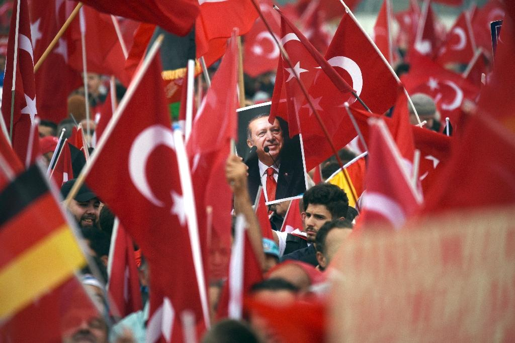 Supporters of Turkish President Recep Tayyip Erdogan rally in Cologne on July 31, 2016 (AFP Photo/Henning Kaiser)
