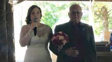 Braut rührt Bräutigam mit Elvis-Performance zu Tränen