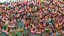 Thousands of Chinese Hit Pool to Escape Heatwave
