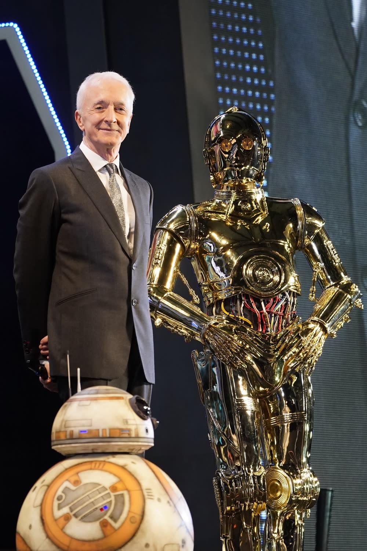 「C-3PO」安東尼丹尼爾斯則處處展現了過人的高雅紳士風範,與日本官方安排現身會場的C-3PO合照互動,極為有趣。