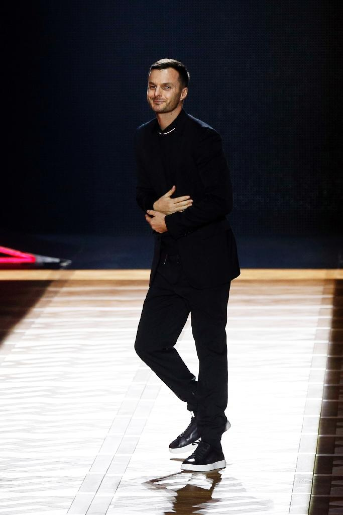 Belgian fashion designer Kris Van Assche for Dior acknowledges the crowd during men's Fashion Week for the 2016-2017 Fall/Winter collection in Paris on January 23, 2016 (AFP Photo/Francois Guillot)