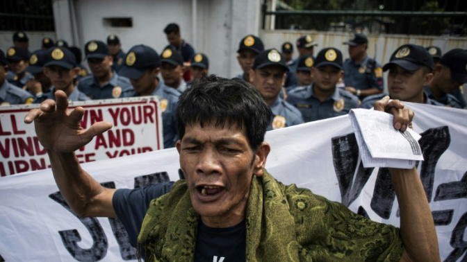 Thousands rally for and against Philippines' Duterte
