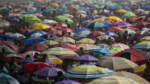 Brasileños relajan cuidados contra COVID-19 y llenan playas