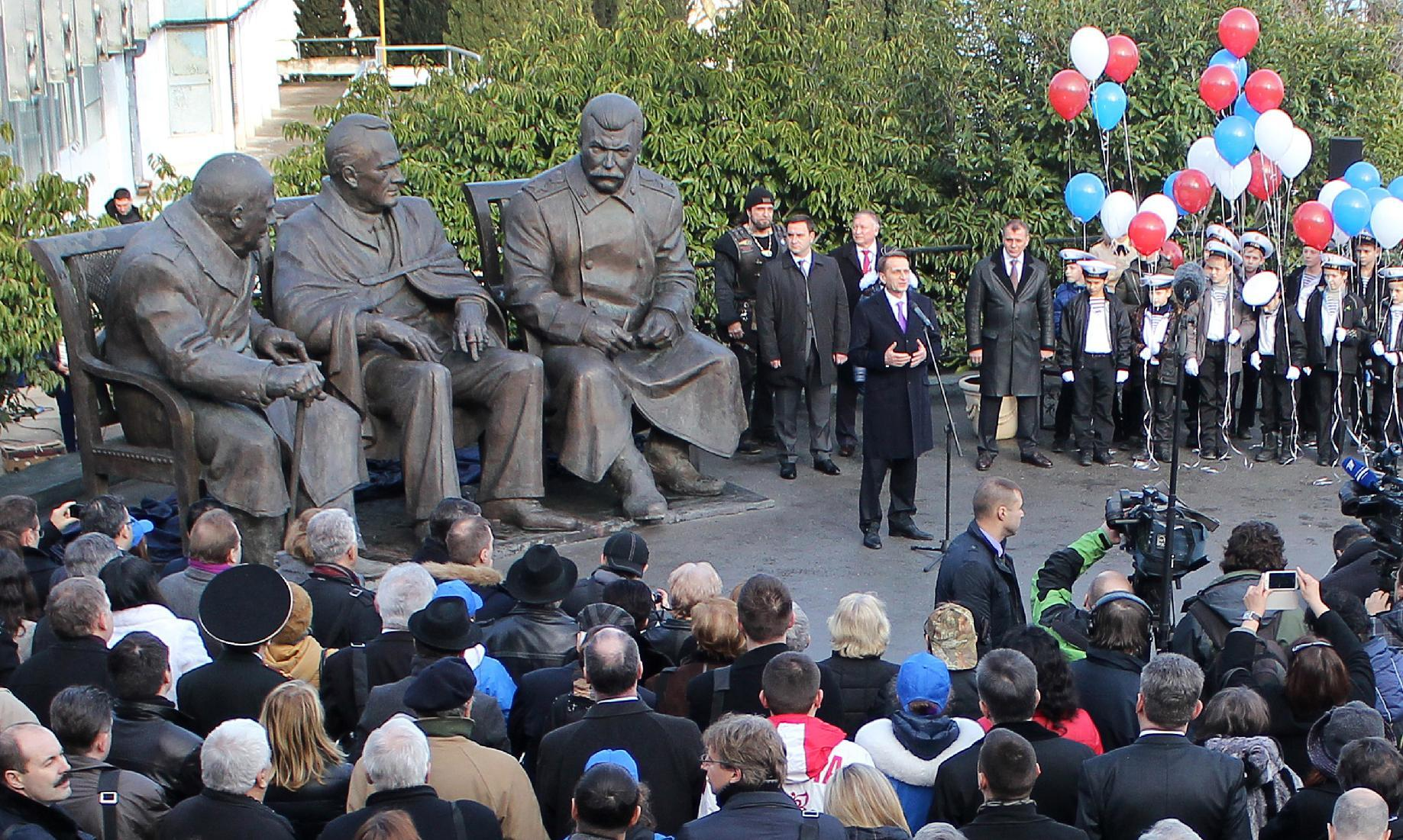 Russia's speaker of parliament's lower house, Sergei Naryshkin (C), attends the opening ceremony for a monument outside Yalta, in Crimea on February 5, 2015 (AFP Photo/Yuri Lashov)