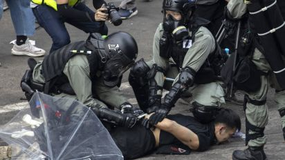 Hong Kong: Police and protesters in fierce clashes