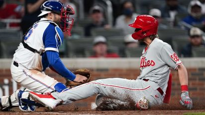 Controversial call at home plate gives Phillies win