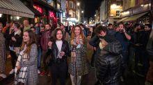 Fâcheux. Après la fermeture des bars à 22heures, les Britanniques festoient dans la rue