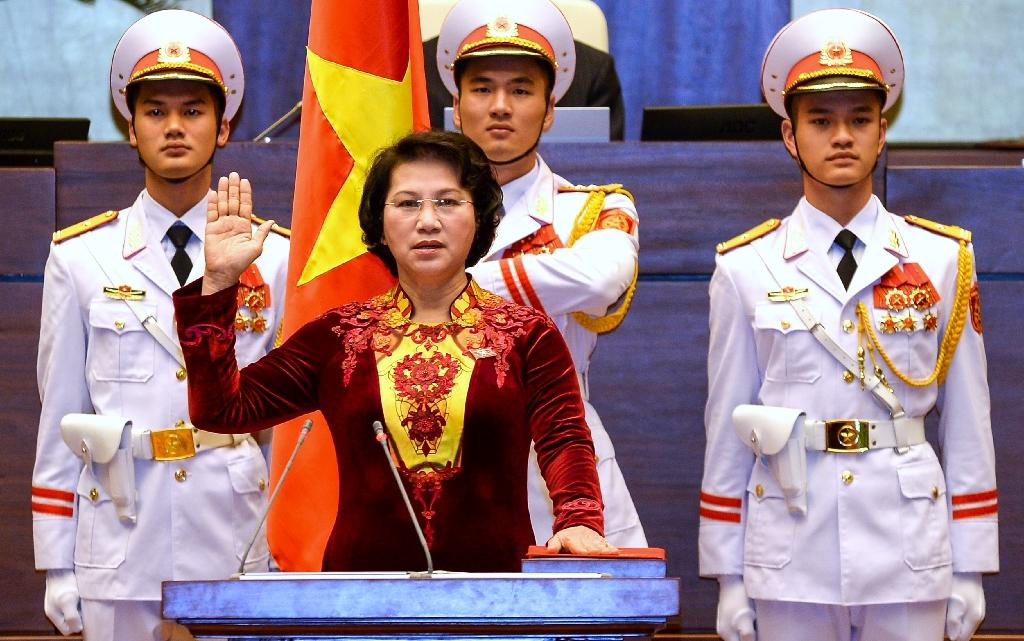 Vietnam's newly elected National Assembly's Chairwoman Nguyen Thi Kim Ngan, 61, is sworn in during a ceremony at the parliament house in Hanoi, on March 31, 2016 (AFP Photo/-)