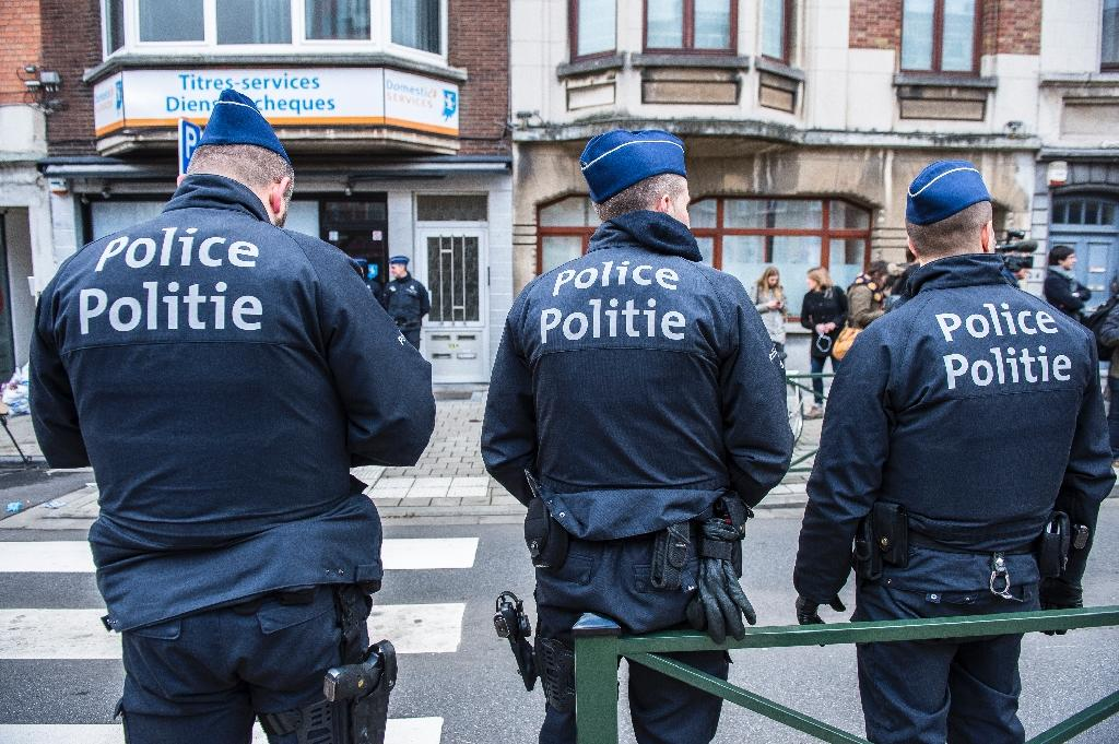 Police officers on duty during an anti-terror operation in Brussels on March 25, 2016 (AFP Photo/Laurie Dieffembacq)