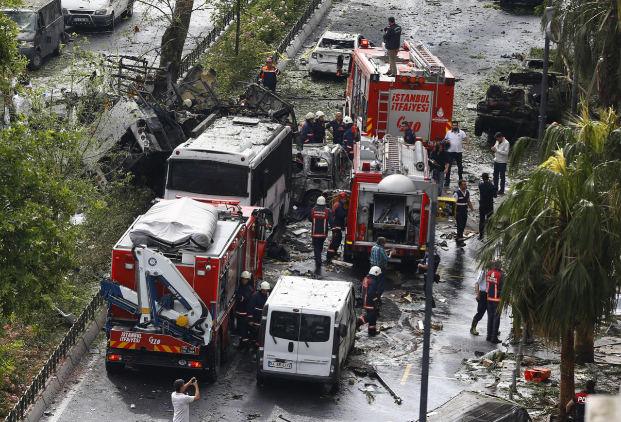 <p>Fire engines stand beside a Turkish police bus which was targeted in a bomb attack in a central Istanbul district, Turkey, June 7, 2016. REUTERS/Osman Orsal – RTSGBQU </p>