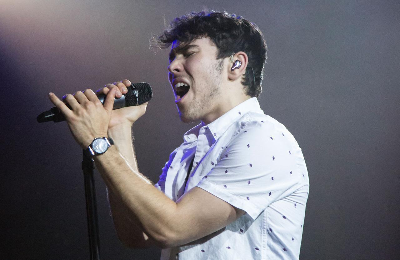 max schneider talks touring musical influences and grooming. Black Bedroom Furniture Sets. Home Design Ideas