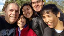 Adrián y Fabio: la pareja gay que adoptó a tres hermanitos y creó un 'oasis' en medio del desierto