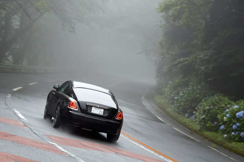 極度影響駕駛視線的濃霧不僅將原有美景藏了起來,也大幅影響駕馭信心。