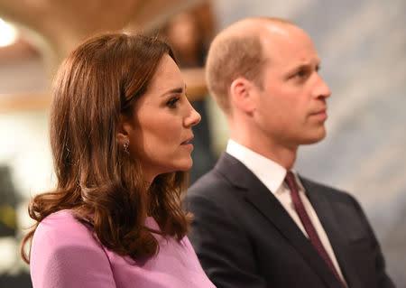 principe william e kate batem bola em visita surpresa a irlanda do norte yahoo noticias