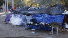 Mexicanos que huyen de la violencia acampan en la frontera