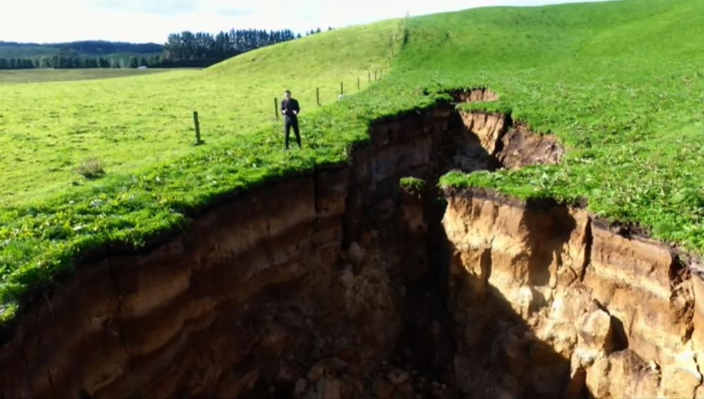 This frame grab from TVNZ video footage taken on May 2, 2018 and released to AFP on May 7 shows a sinkhole that appeared on a dairy farm near Rotorua on New Zealand's North Island. AFP Photo / TVNZ (AFP Photo/-)